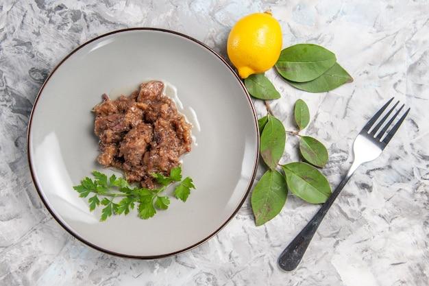 上面図白いテーブルにソースが付いたおいしい肉料理夕食料理食事肉