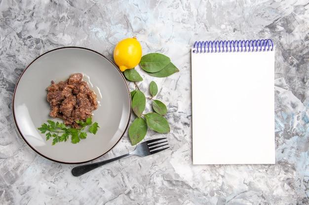 上面図白いテーブルにソースが付いたおいしい肉料理ディナーディッシュミート