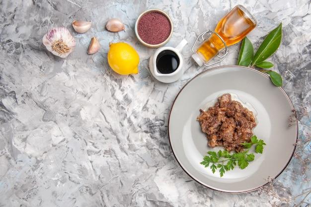 Vista dall'alto gustoso piatto di carne con salsa sul piatto di carne per cena da tavolo bianco