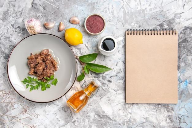Vista dall'alto gustoso piatto di carne con salsa sul piatto di carne pasto cena tavolo bianco