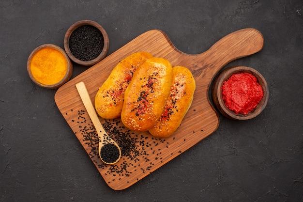 회색 배경 패티 반죽 과자 빵 식사에 상위 뷰 맛있는 고기 버거 구운 파이