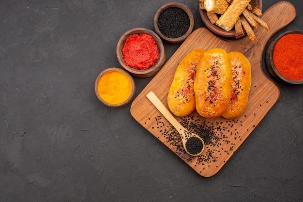 회색 책상 패티 반죽 과자 빵 식사에 상위 뷰 맛있는 고기 버거 구운 파이