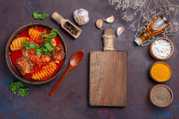 Vista dall'alto gustoso ragù di carne con diversi condimenti sul nero