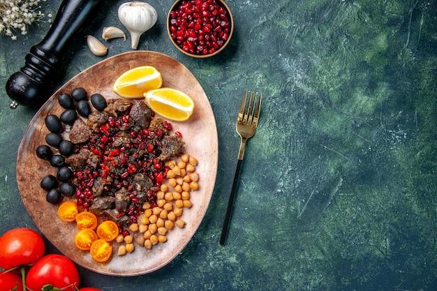 Вид сверху вкусные кусочки мяса, жареные фрукты и помидоры, цветная кухня. мясное блюдо еда