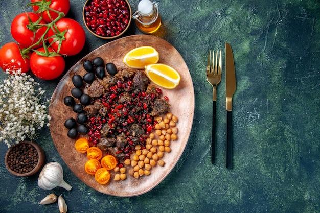 Вид сверху вкусные кусочки мяса жареные фрукты и помидоры, блюдо еда мясо фрукты