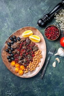 Вид сверху вкусные кусочки мяса жареные фрукты и помидоры, блюдо из мяса и фруктов