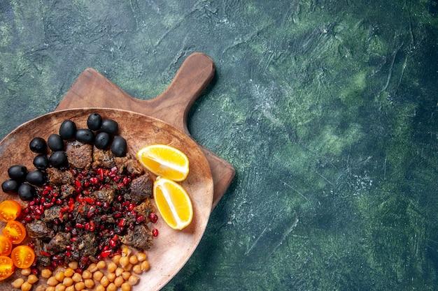 Вид сверху вкусные мясные кусочки жареная еда с фруктами внутри тарелки, цветная кухня, еда, мясо, фрукты, блюдо, еда