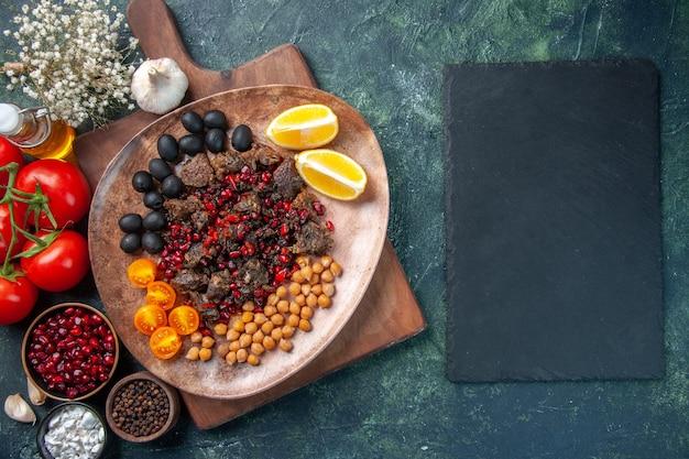 상위 뷰 맛있는 고기 조각 접시 안에 포도와 콩, 고기 요리 음식 튀김 식사
