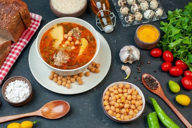 La gustosa zuppa di carne vista dall'alto è composta da carne di patate e fagioli su sfondo scuro