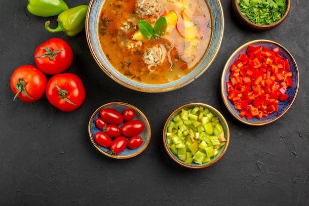 어두운 테이블 음식 사진 컬러 접시에 신선한 야채와 함께 상위 뷰 맛있는 고기 수프