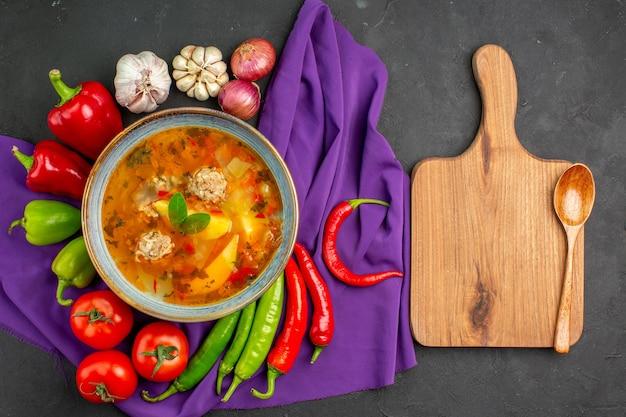 暗いテーブルの上の新鮮な野菜とおいしい肉のスープを上から見た写真食品着色料