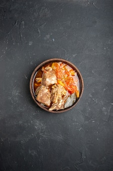Vista dall'alto gustosa zuppa di carne con verdure su salsa scura piatto pasto cibo caldo carne patate colore cena cucina