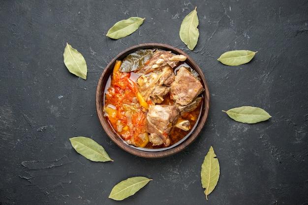 어두운 회색 소스 식사 접시에 야채와 함께 상위 뷰 맛있는 고기 수프 뜨거운 음식 고기 감자 저녁 식사