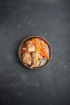 어두운 소스 식사 접시에 야채와 함께 상위 뷰 맛있는 고기 수프 뜨거운 음식 고기 감자 색 저녁 요리