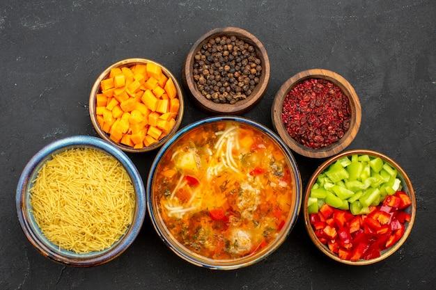 Vista dall'alto gustosa zuppa di carne con verdure e condimenti sulla cena di cibo pasto pasto zuppa di insalata sfondo grigio