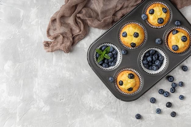 Muffin e panno gustosi vista dall'alto