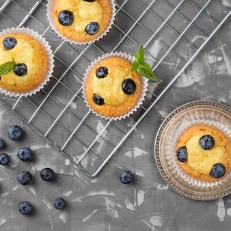 Muffin gustoso vista dall'alto con i mirtilli