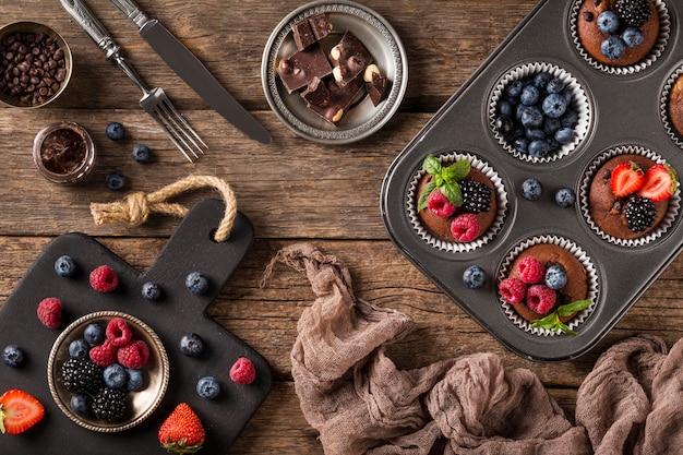 Vista dall'alto gustoso muffin con frutti di bosco in teglia