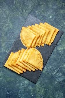Vista dall'alto gustose frittelle su sfondo blu torta dolce per la colazione pasta cuocere la torta di pasta di carne colorata