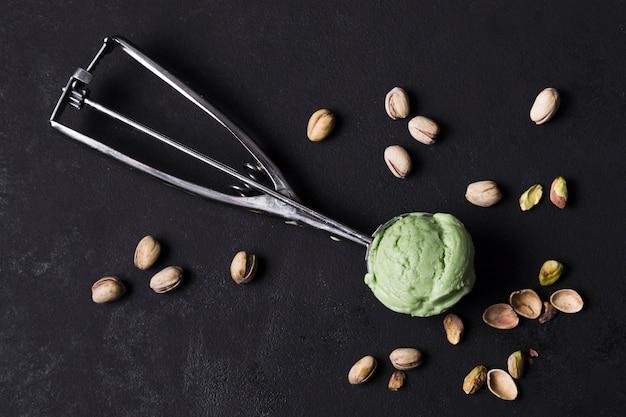 Вид сверху вкусный совок для мороженого с фисташками