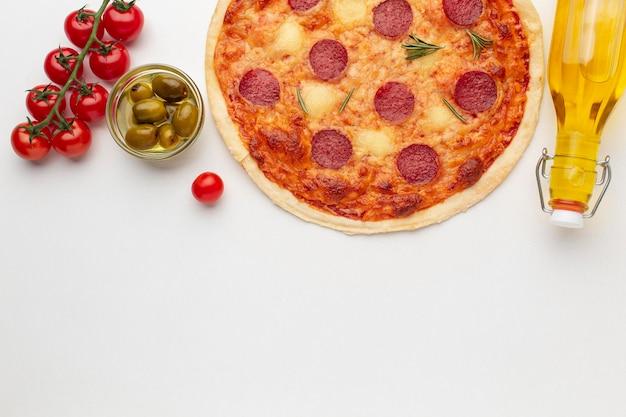 Вид сверху вкусной пиццы и копией пространства
