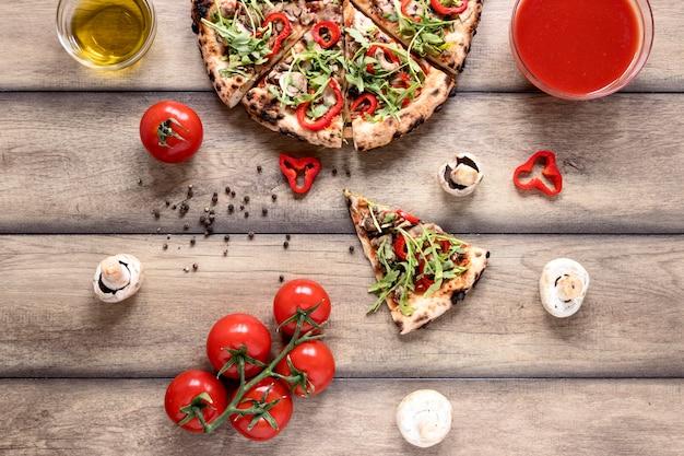 Вид сверху вкусная пицца на деревянном фоне