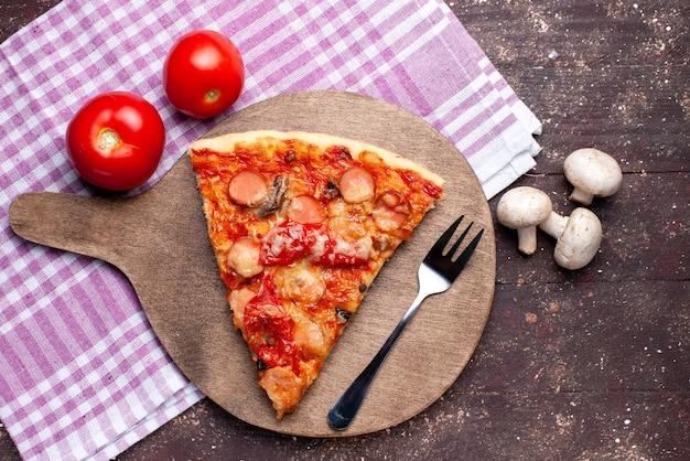 Вид сверху вкусный кусочек пиццы со свежими грибами, помидорами на коричневом столе, еда, еда, фастфуд, овощное блюдо, пицца