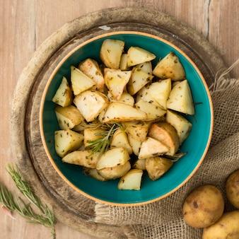 Вид сверху вкусного картофеля в миске