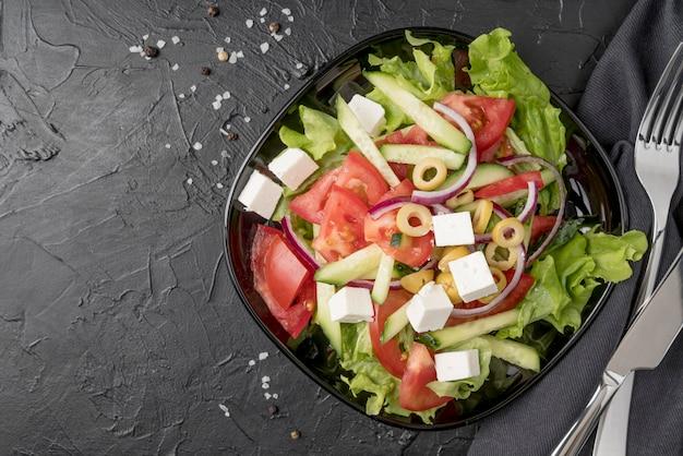 Вид сверху вкусный салат на тарелке
