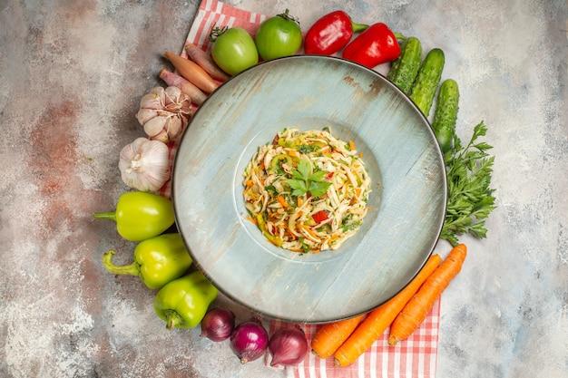 Vista dall'alto gustosa insalata con verdure fresche su sfondo chiaro