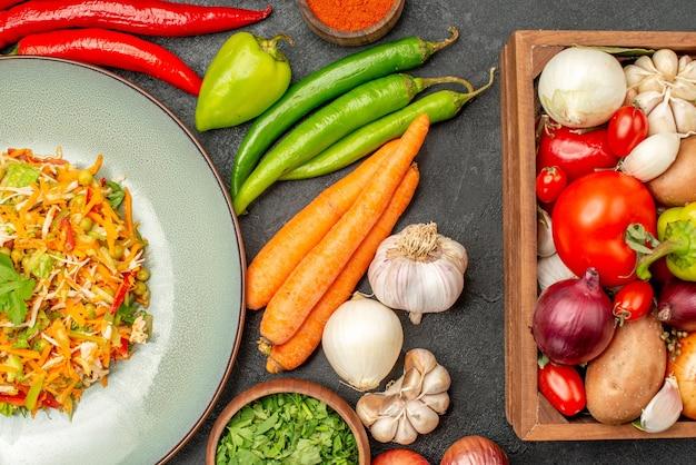 ダークグレーのフードダイエットサラダの健康に新鮮な野菜を使ったトップビューのおいしいサラダ