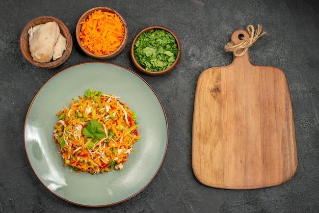 ダークグレーの食品サラダ健康ダイエットの成分とトップビューのおいしいサラダ