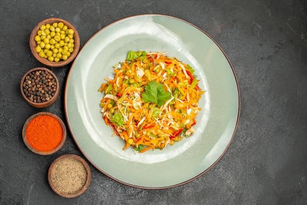 Vista dall'alto gustosa insalata con condimenti su dieta alimentare per insalata grigia salutare