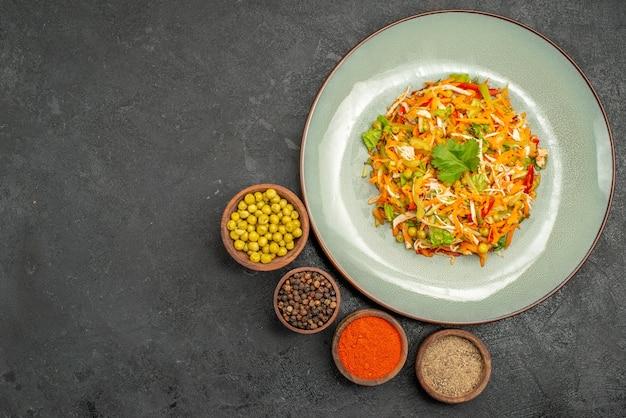 Vista dall'alto gustosa insalata con condimenti sulla dieta salutare dell'insalata grigia