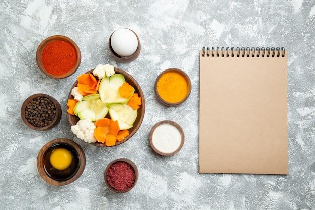 白い背景の上の調味料とおいしいサラダの上面図サラダ野菜の食事食品の健康