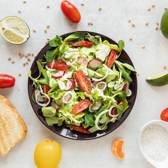 야채와 함께 상위 뷰 맛있는 샐러드