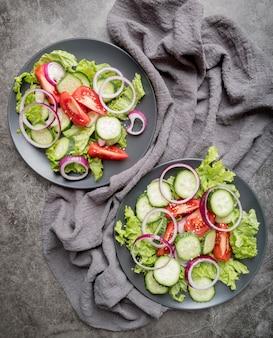 Вид сверху вкусные салаты с органическими овощами