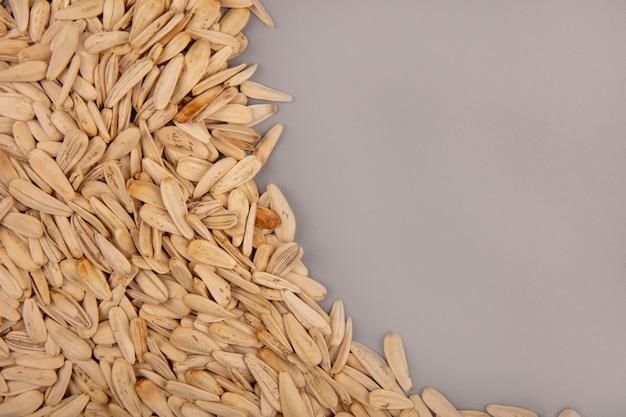 Vista dall'alto di semi di girasole bianchi gustosi e salati isolati con spazio di copia