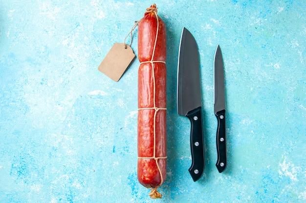 Vista dall'alto gustosa salsiccia su sfondo azzurro cibo hamburger panino pane colore carne