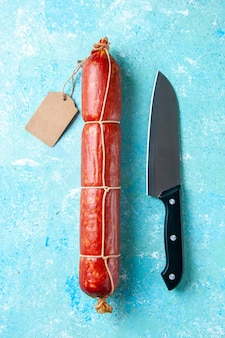 연한 파란색 배경 음식 버거 고기 식사 샌드위치 빵 색에 맛있는 소시지