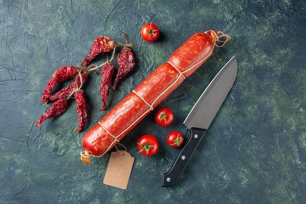 暗い背景に赤いトマトとおいしいソーセージの上面図肉パンサンドイッチパン色食品ハンバーガー食事サラダ動物