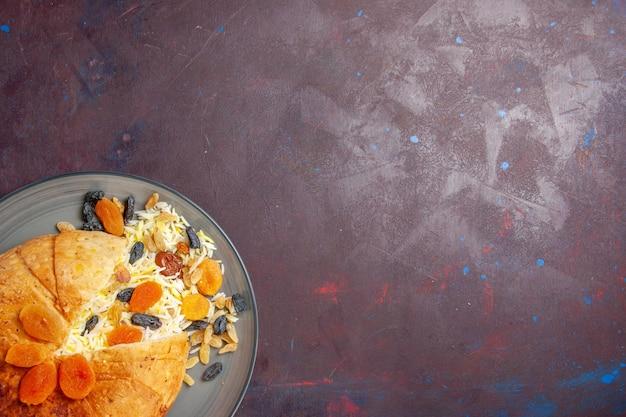 Vista dall'alto del gustoso shakh plov con uvetta sulla superficie scura