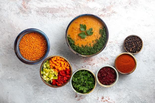 흰색 표면 야채 식사 음식 매운 스프 콩에 조미료와 상위 뷰 맛있는 수프 요리 콩 수프