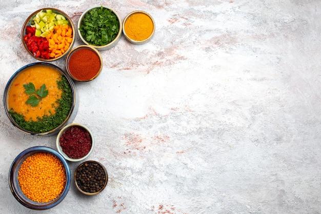 上面図白い表面の食事食品スープ野菜に緑とさまざまな調味料を使ったおいしいスープ