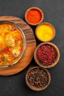 회색 배경에 조미료와 상위 뷰 맛있는 수프 수프 식사 음식 고기 조미료 매운