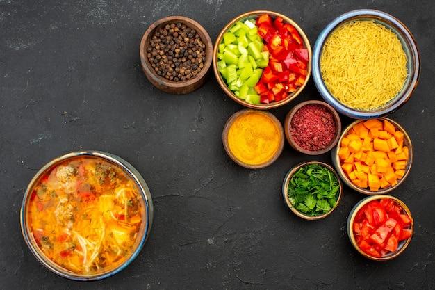 회색 배경 수프 식사 음식 고기 조미료 매운에 얇게 썬 고추와 조미료와 상위 뷰 맛있는 수프