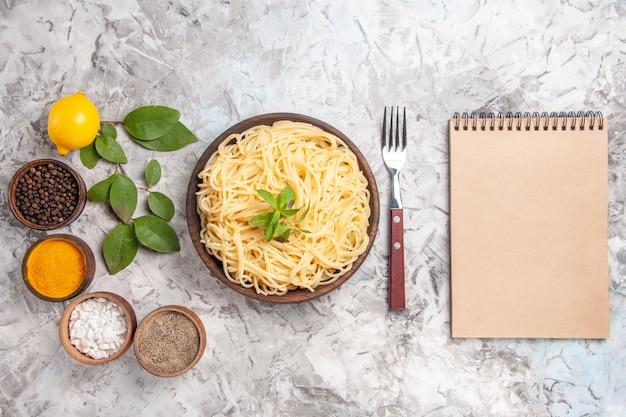 흰색 반죽 식사 접시 파스타에 조미료와 함께 상위 뷰 맛있는 스파게티