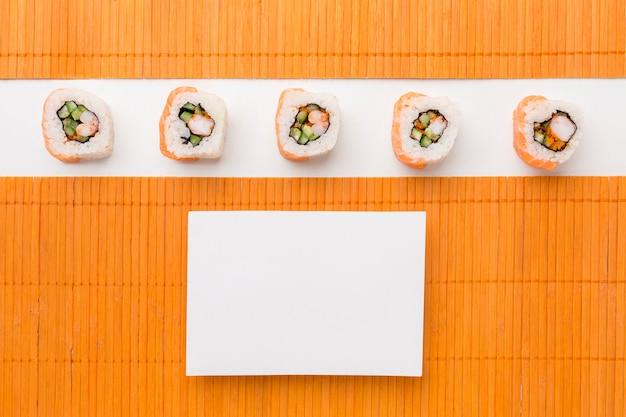 コピースペース付きのトップビューおいしい巻き寿司