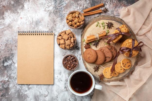 ライトテーブルにコーヒーを入れたトップビューのおいしい甘いビスケット