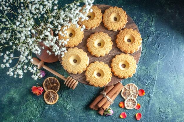 トップビューダークブルーの背景においしい甘いクッキーデザートビスケットシュガースイートブレイク生地ティーケーキパイ